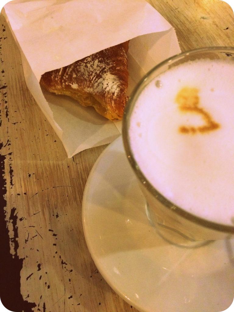 Kaffee und ein Croissant