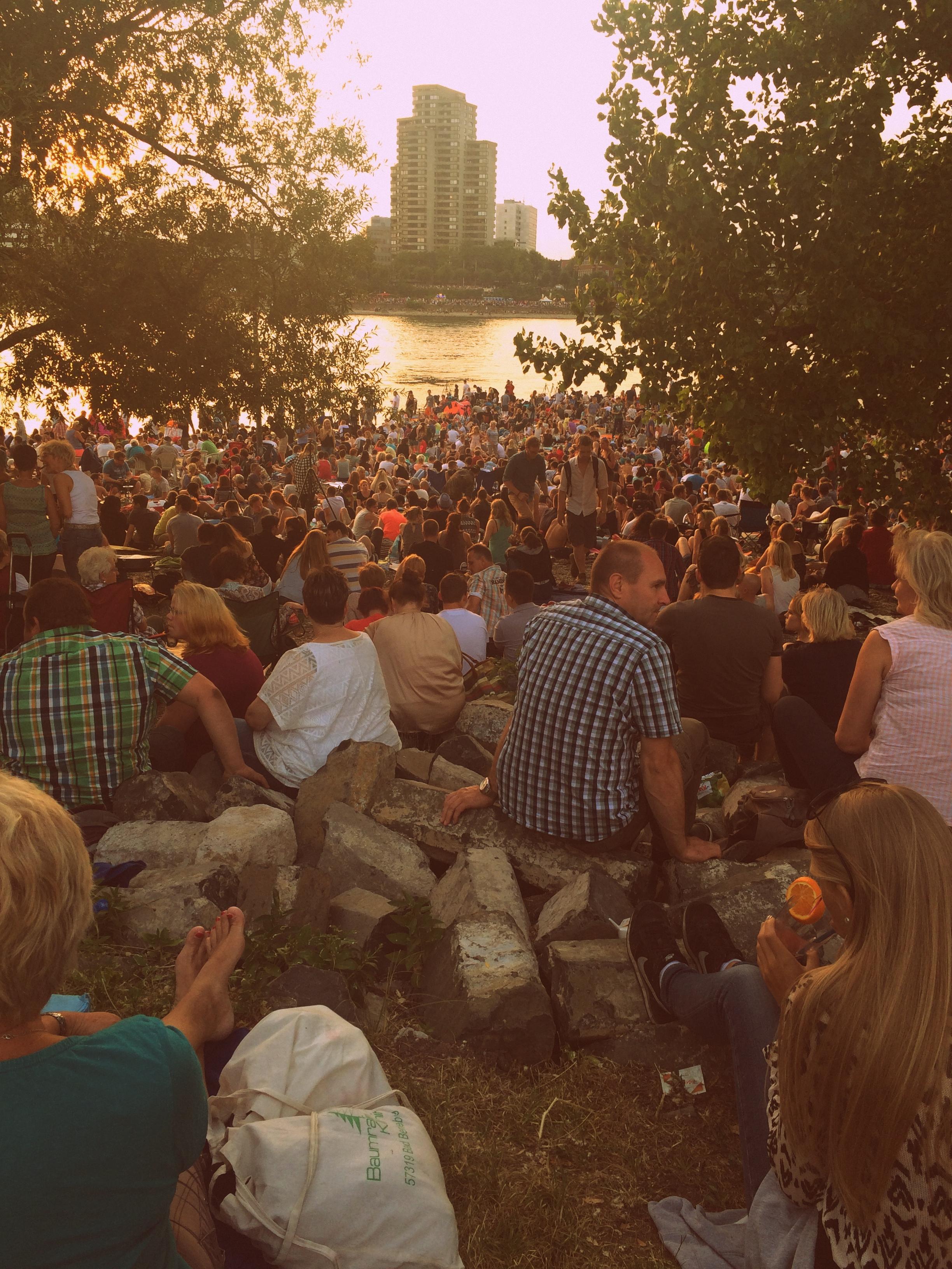 Die Menschenmasse am Rhein